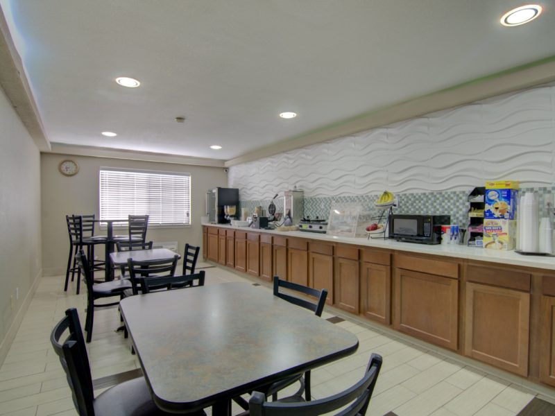 Hot free breakfast in centerville iowa - westbridge inn and suites-min